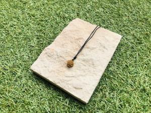 Halskette mit Cabochon in Dahlie Form in einer Cabochonfassung  - Handarbeit kaufen
