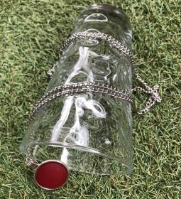 Lange Halskette mit einem Polaris Cabochon Anhänger in der Farbe Weinrot