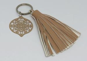 Schlüsselanhänger mit brauner Kunstlederquaste und einem filigranen Boho Metallanhänger - Handarbeit kaufen