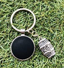Schlüsselanhänger mit schönem Weinfassanhänger und einem schwarzen Polaris Cabochon , Weinliebhaber  - Handarbeit kaufen
