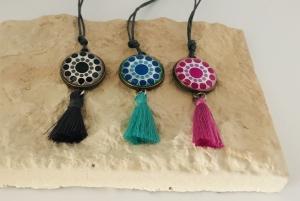 Halskette im Boho Style aus einer gewachsten Baumwollschnur mit Glas Cabochon, bunt mit einer Quaste versehen - Handarbeit kaufen