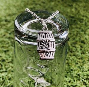 Halskette mit einem Weinfassanhänger, Weinliebhaber, Geschenk