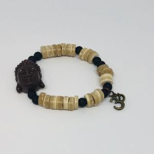 Armband aus Kokosnussperlen in der Farbe hellbraun mit Buddha Kopf und 3D Anhänger
