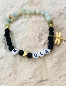 Handgemachtes Armband mit Wunschnamen aus Glasperlen, Natursteinperlen einem vergoldeten Herz und einem Libellen Anhänger