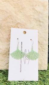 Handgemachte Ohrhänger im Bohemian Style mit einem grünen Gingko Blatt  - Handarbeit kaufen