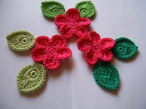 Häkelblüten und Blätter