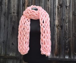 XXL Schal armgestrickt rosa mit großen Maschen  - Handarbeit kaufen