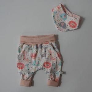 Neugeborenenset SAFARI BIOBaumwolle 2-teilig  Wendehalstuch Pumphose für Baby Größe 56 von zimtbienchen - Handarbeit kaufen