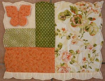 ♡ kleines Deckchen mit eingenähtem Schmetterling und Zackenrand