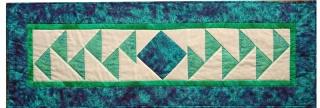 ♡ Tischläufer mit dem Muster parallel fliegende Gänse auf hellem Hintergrund