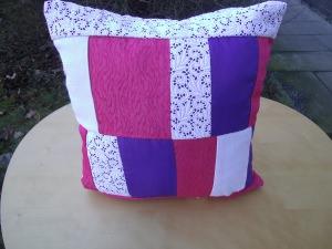 pink-weißes Patchworkkissen