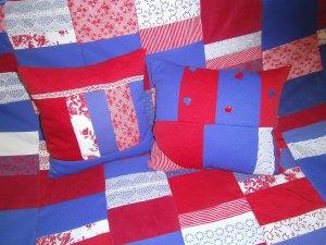 rot-blau-weiße Patchworkdecke