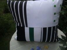 grün-weiß-schwarzes Patchworkkissen