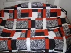 orange-schwarz-weiße Decke in Patchworkoptik