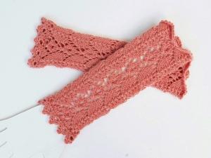 Armstulpen rosé reine Wolle handgestrickt Lochmuster Ajour  - Handarbeit kaufen