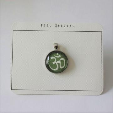 Für alle Yoga begeisterten...aus meiner Namaste Kollektion das OM- Zeichen als Cabochon Anhänger, Avocado Grün