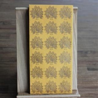 Handgeschöpfte indische Briefumschläge, ideal als besondere Verpackung für das  Geldgeschenk zu Hochzeiten, Geburtstage und weiteren Anlässen, safrangelb mit  Pfauen in goldfarbig