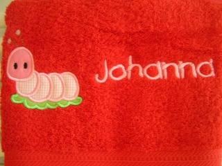 Handtuch mit Name und Raupe, rot