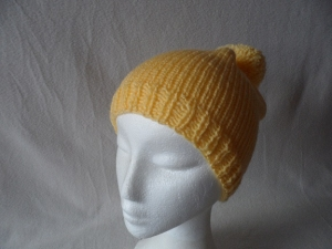 Wollmütze mit Bommel, gestrickt, gelb