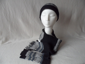 Set Wollmütze,Schal und Armstulpen, gestrickt, schwarz/grau