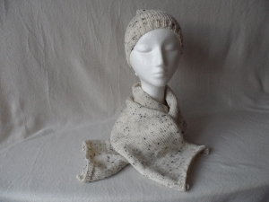 Set Wollmütze mit Bommel, Schal und Armstulpen, gestrickt, beigemeliert