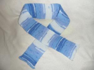 Kinderschal gestrickt, Farbverlauf blau-weiß, 100 cm lang und 8 cm breit.   - Handarbeit kaufen