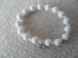 Perlenarmband weiß mit kleinen Herzanhänger - Handarbeit kaufen