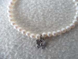 Perlenarmband, weiß mit Schmetterlinganhänger - Handarbeit kaufen