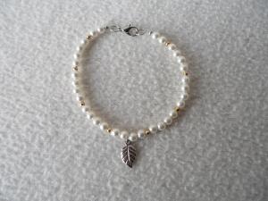 Perlenarmband weiß, Blattanhänger - Handarbeit kaufen