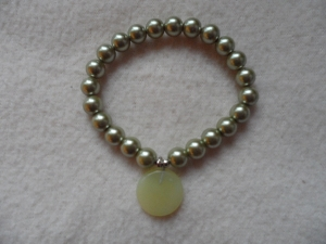Perlenarmband,Acrylperlen, hellgrün, Halbedelsteinanhänger    - Handarbeit kaufen