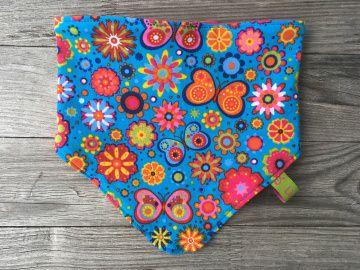 Babyhalstuch / Sabberlatz Blumen und Schmetterlinge bunt auf blau