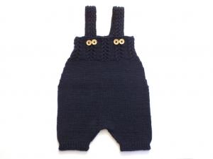 Handgestrickte blaue Latzhose aus weicher Wolle (Merino) für Babys im Krabbelalter - ein wunderbares Geschenk