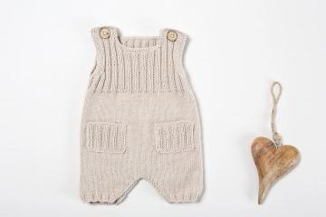 Niedliche handgestrickte Latzhose für Babys in beige aus weicher Wolle (Merino) - ein schönes Geschenk
