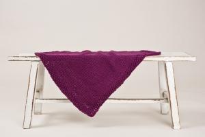 Handgestrickte kuschelweiche Babydecke aus weicher Wolle (Merino) in einem warmen Brombeerton - Größe 50 x 60 cm - Handarbeit kaufen