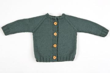 Handgestrickte tannengrüne Babyjacke mit Holzknöpfen für den Winter - ein tolles Geschenk