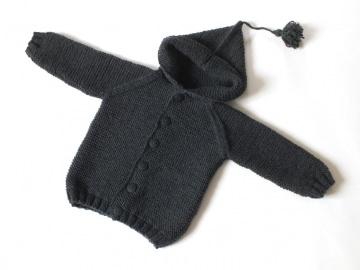 Handgestrickte dunkelgraue Jacke mit Kapuze für kühlere Tage - ein tolles Geschenk