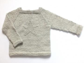 Niedlicher hellgrauer Pullover mit einem Stern, handgestrickt aus weicher Alpaka-Wolle - ein tolles Weihnachtsgeschenk