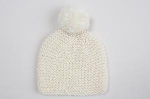 Handgestrickte Babymütze mit Bommel für den Winter aus kuschelweicher naturfarbener Wolle (Merino) - KU 38 - 40 cm - Handarbeit kaufen