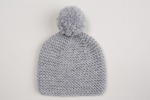 Handgestrickte Babymütze mit Bommel für den Winter aus kuschelweicher Wolle (Merino) in hellgrau