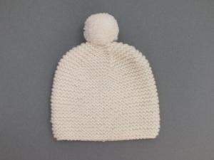 Handgestrickte Babymütze mit Bommel für den Winter aus kuschelweicher naturfarbener Wolle (Merino) - KU 38 - 40 cm