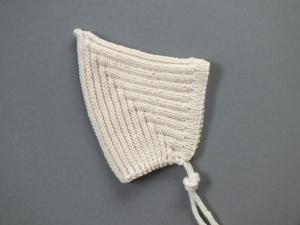 Handgestrickte Zwergenmütze für kühle Tage aus weichem Garn - ein schönes Mitbringsel