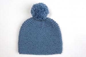Handgestrickte Babymütze mit Bommel für den Winter aus kuschelweicher Wolle (Merino) in jeansblau - KU 43-45 cm