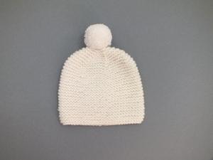 Handgestrickte Babymütze mit Bommel für Frühchen aus kuschelweicher naturfarbener Wolle (Merino) - KU 33-35 cm - Handarbeit kaufen