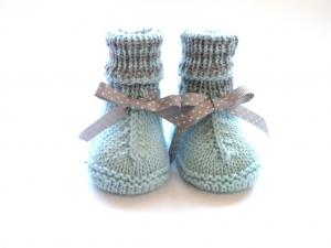 Handgestrickte warme Babystiefel für den Winter aus weicher Merinowolle in minigrün - ein tolles Geschenk