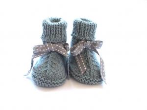 Handgestrickte warme Babystiefel aus weicher Wolle (Merino) in grün-melange - ein tolles Geschenk