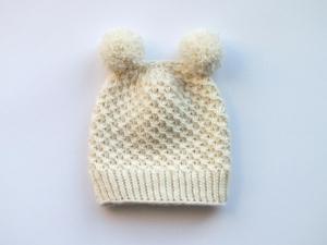 Handgestrickte Babymütze mit Bommel für den Winter aus kuschelweicher Merinowolle in naturweiß