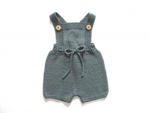 Handgestrickte Latzhose für Babys aus weicher Merinowolle in blaupetrol - die sollte man unbedingt kaufen