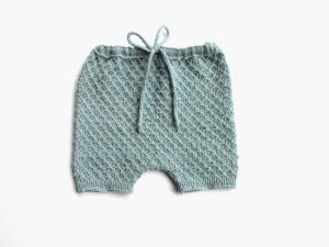Handgestrickte Spielhose für Babys aus weicher Merinowolle in hellem seegrün - die sollte man unbedingt kaufen