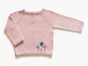 Handgestrickter Babypullover in rosé aus weichem Cotton-Merino Garn - ideal für kühle Tage