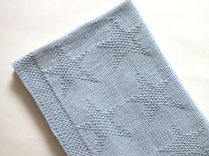 Handgestrickte hellblaue Babydecke für Neugeborene mit Sternenmuster - kuschelweich aus feiner Wolle (Merino) - ein tolles Geschenk zur Geburt